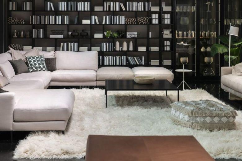 белый ковер и черная мебель