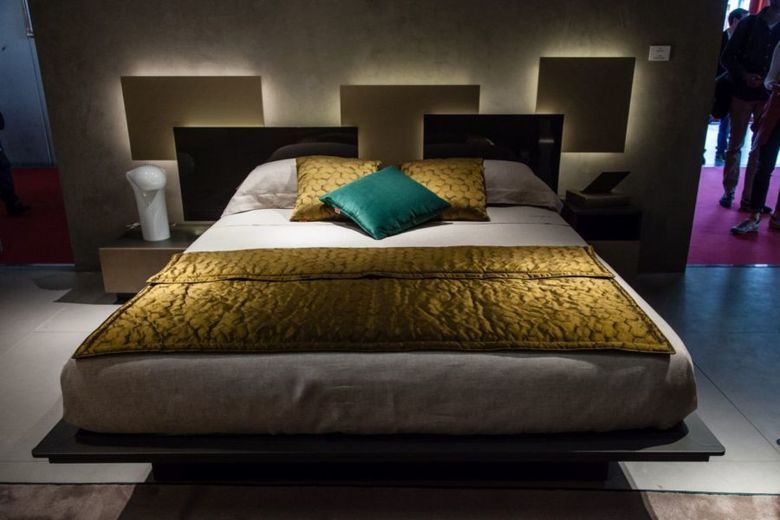 изголовье кровати с мягкой подсветкой