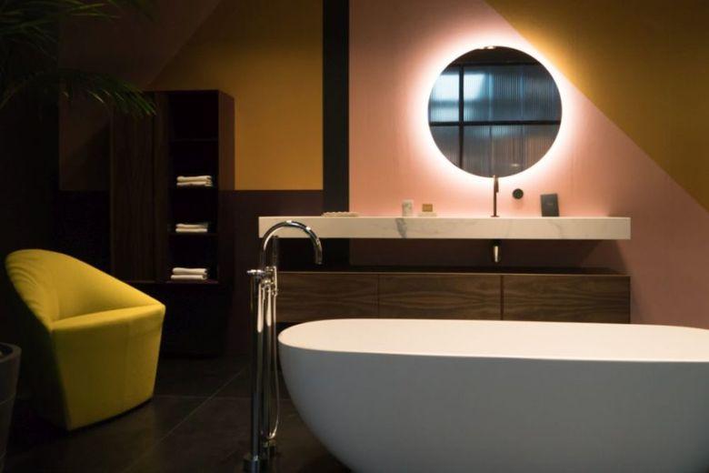Декор ванной кресло в углу