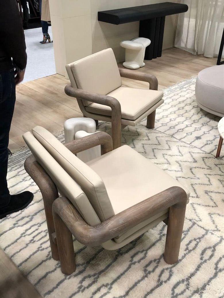 кресло с массивной изогнутой рамой