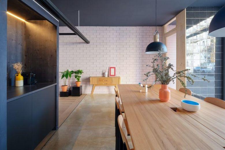 обеденный стол со светильниками