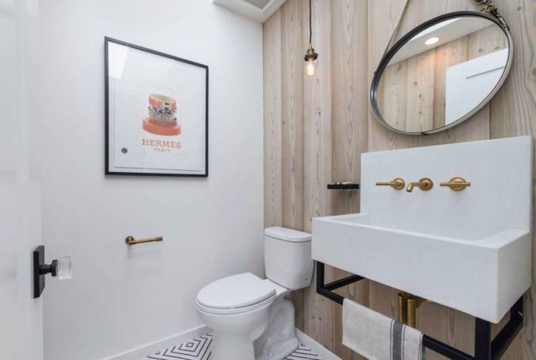 туалет деревянные стены