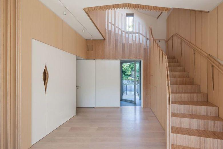 Фанера в интерьере лестница
