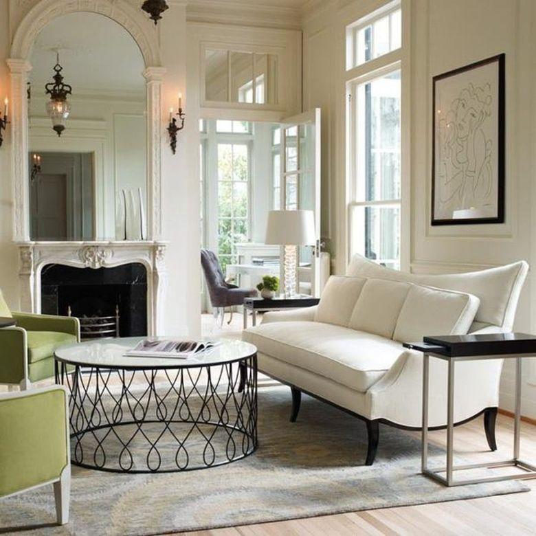 Белые стены с зелеными креслами