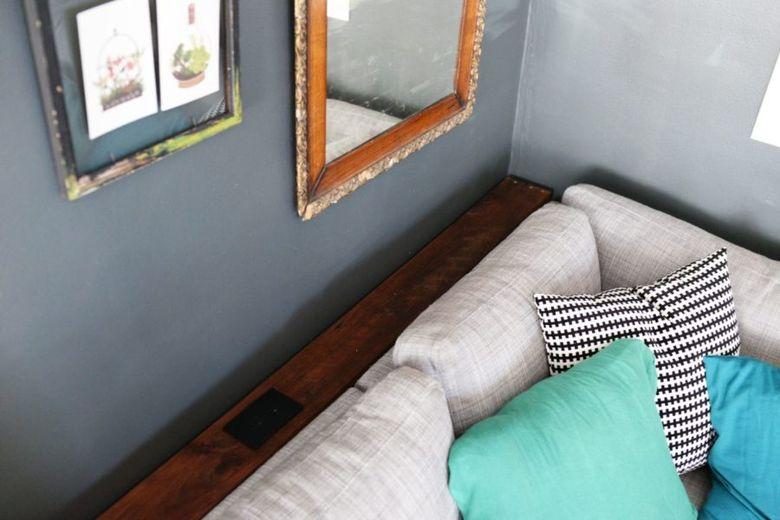 Консольный столик за диваном