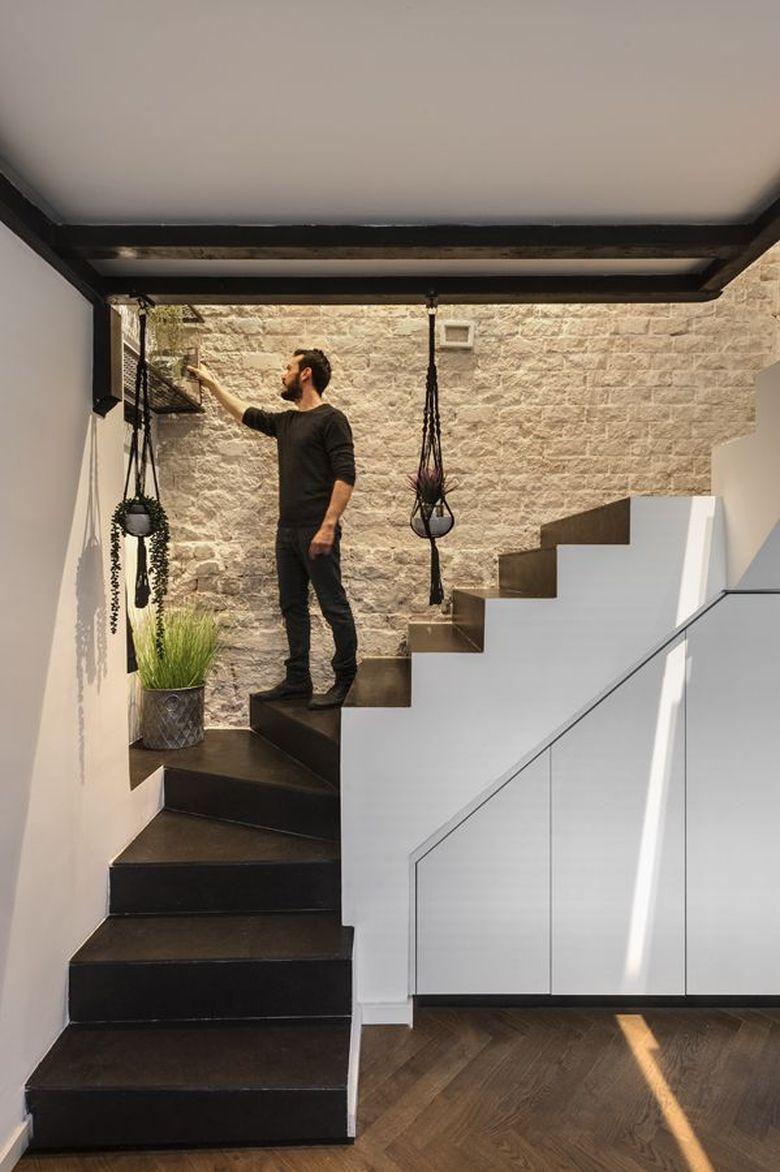 лестница и фактурная стена