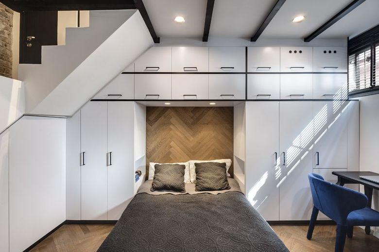 кровать с белыми шкафами