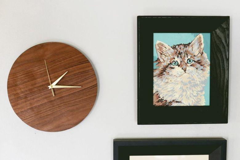 Настенные часы на стене