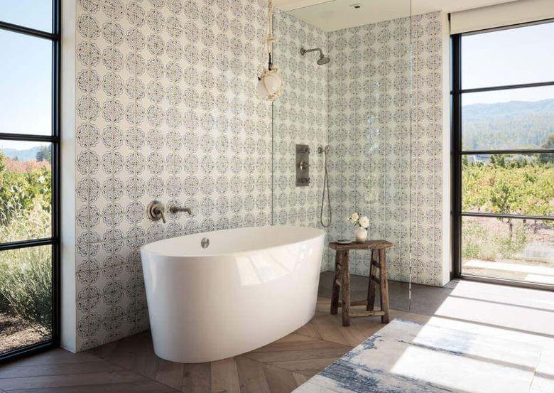 Окно в ванной большое