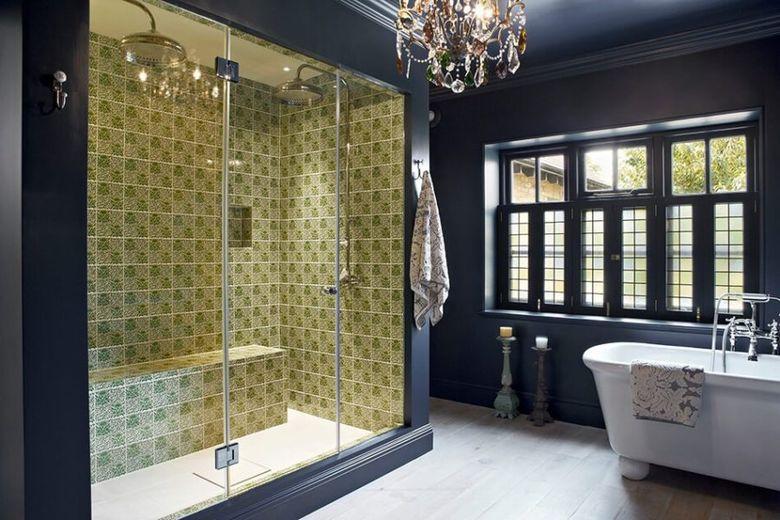 Окно в ванной с черной рамой