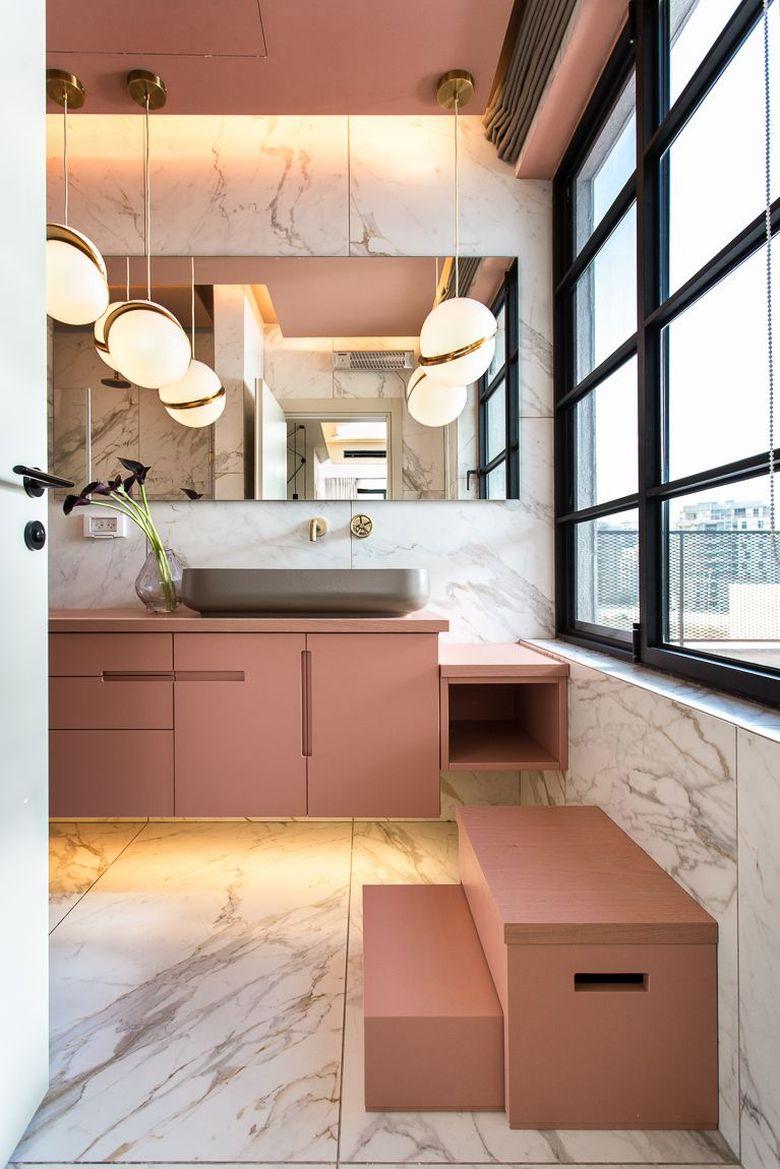 черные рамы и розовая мебель