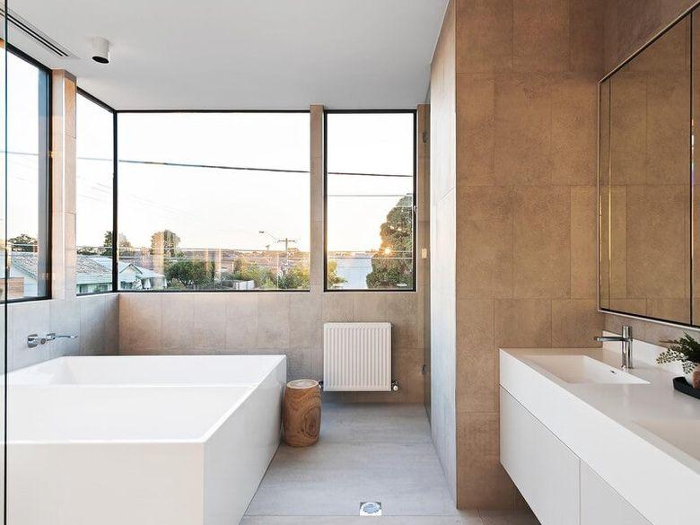 Окно в ванной угловое