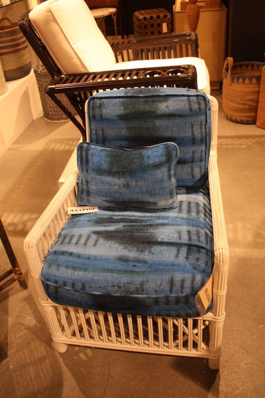 синие подушки в кресле