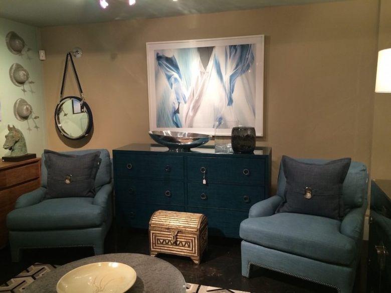 синие кресла и комод