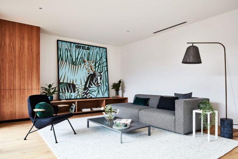 мебель и большая картина