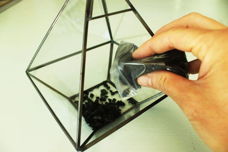 положите уголь на дно