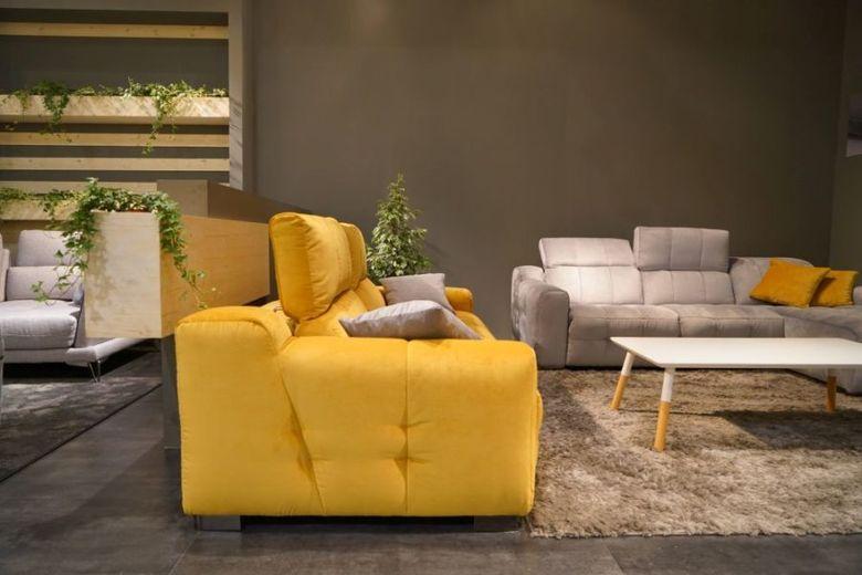 большой желтый диван