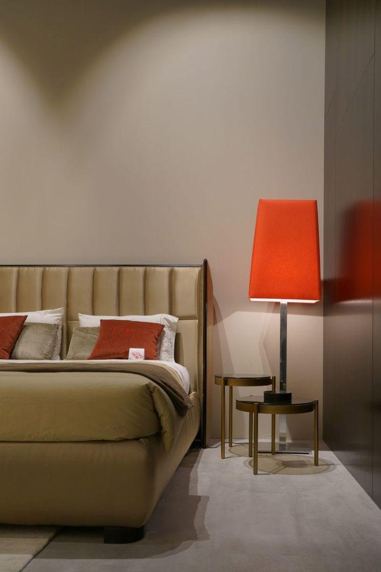 абажур и подушки в спальне