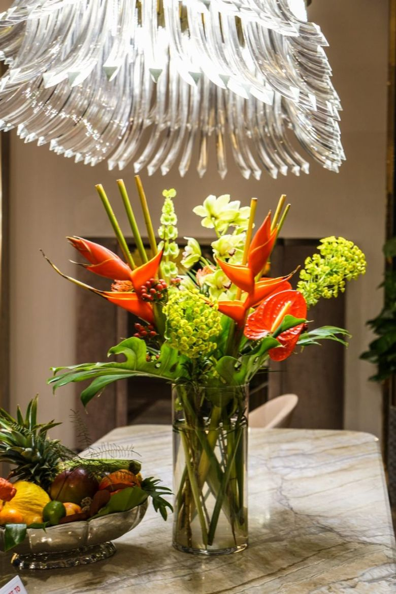 ваза с яркими цветами