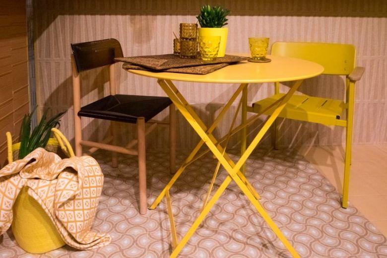 акцентный желтый столик