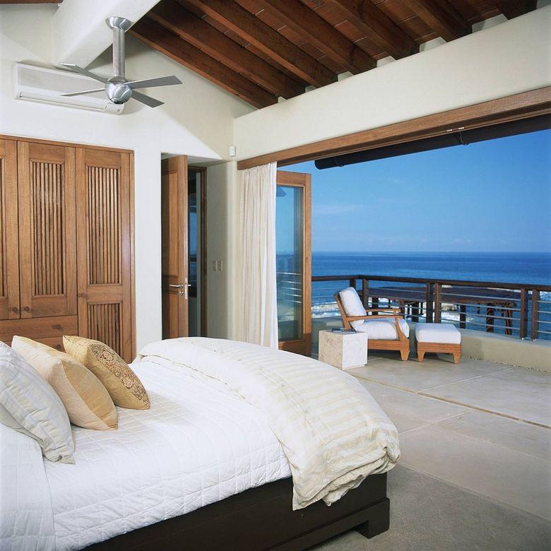 потолочные балки белые стены и деревянная мебель