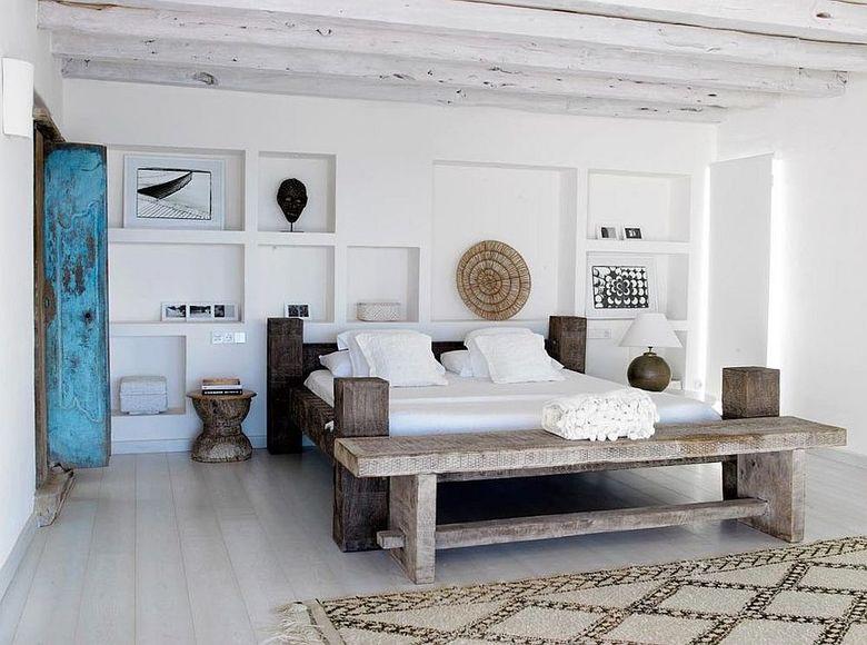 потолочные балки бревенчатые покрашенные белым
