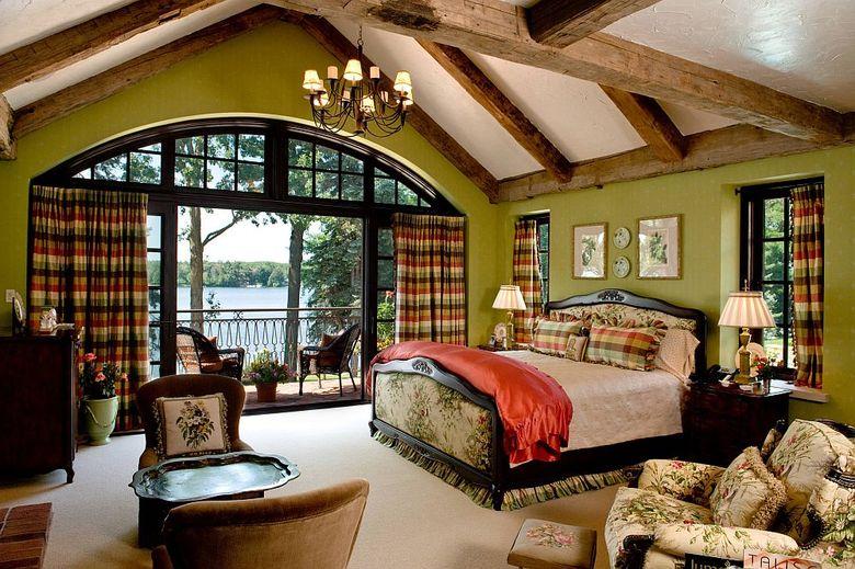 потолочные балки и стены зеленого цвета
