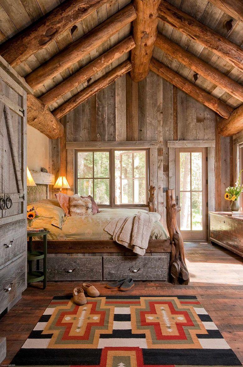 потолочные балки и серые доски