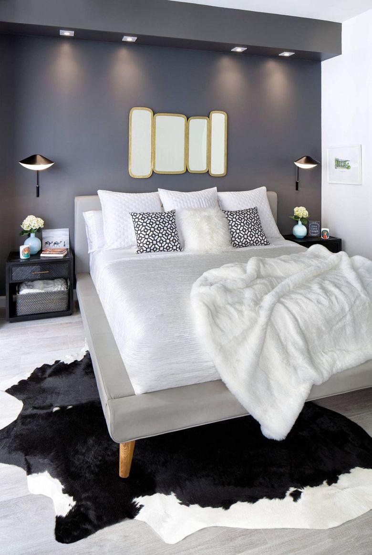 спальня с компактным дизайном и темной стеной