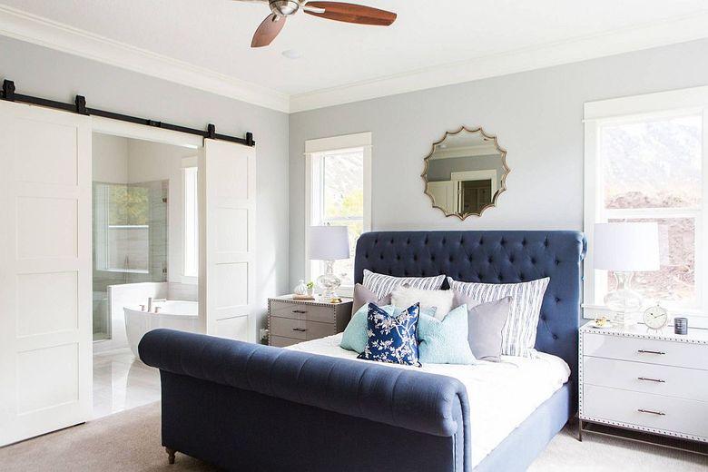 кровать в виде саней яркого синего цвета
