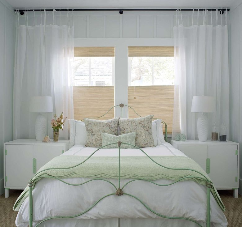 Каркас кровати, выкрашенный в пастельно-зеленый цвет