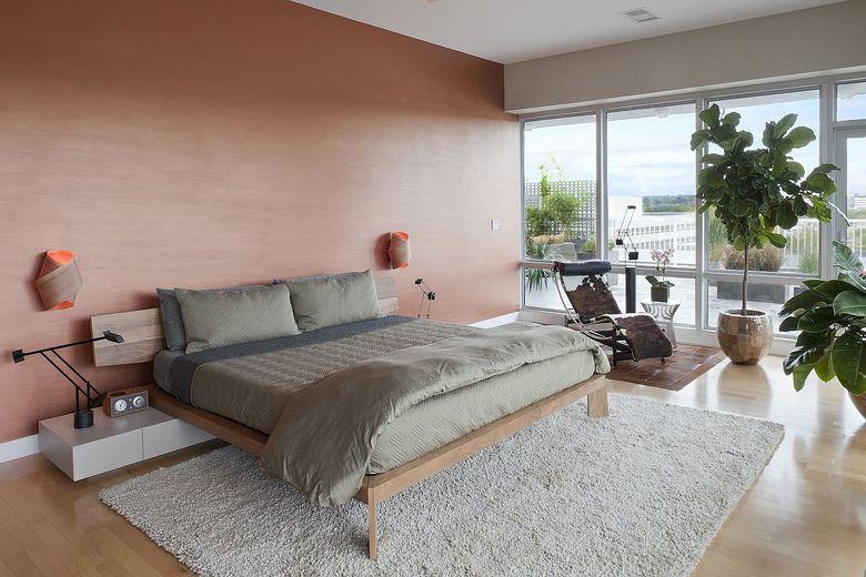 кровать и деревянная акцентная стена