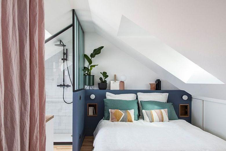 спальня в мансарде с душевой