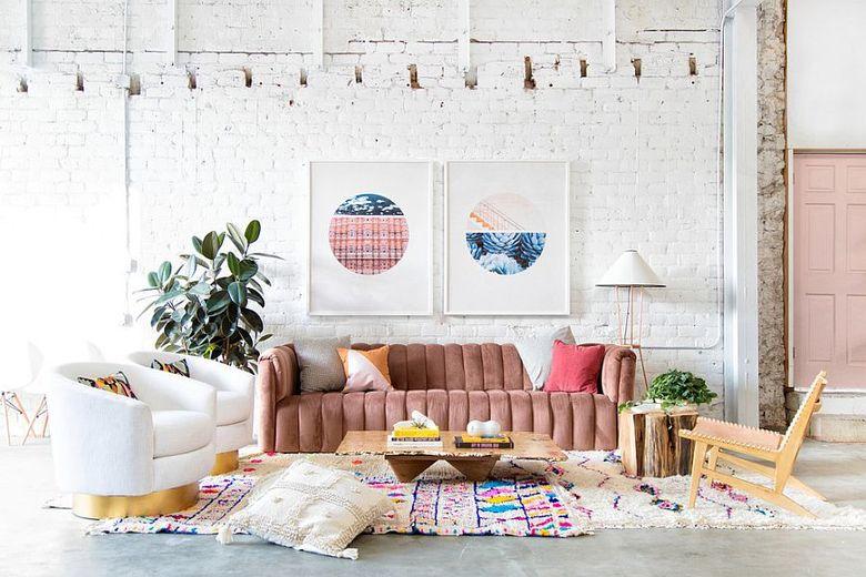 гостиная с розовыми акцентами и белой кирпичной стеной