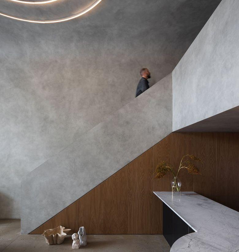 Белая отделка из необработанного бетона