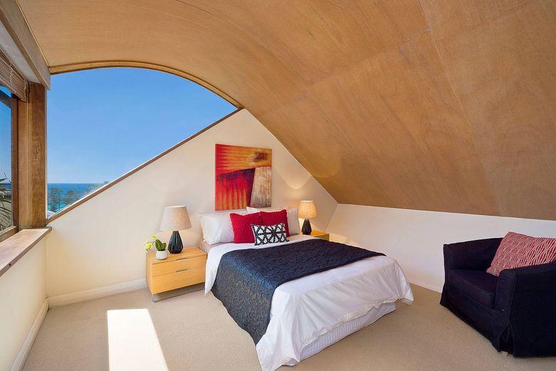 Изогнутый деревянный потолок