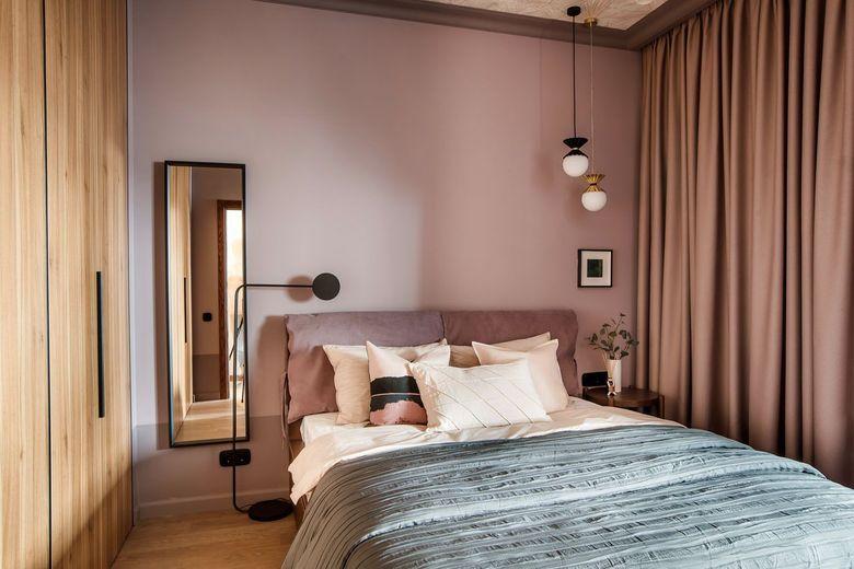 Пастельно-розовый и древесный корпус