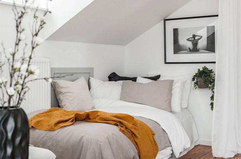 Кровать в углу и портьеры