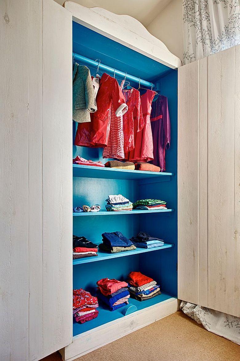 синий шкаф в спальне
