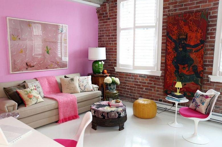 Розовые акценты в эклектичной гостиной
