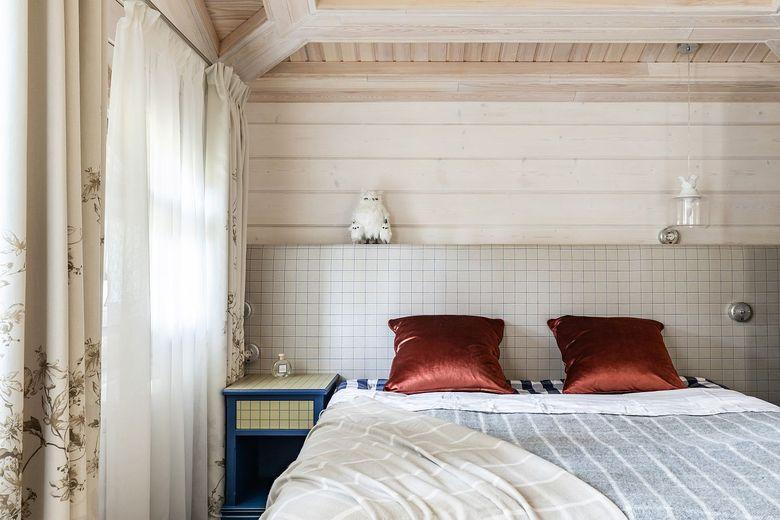 акцентные подушки в спальне