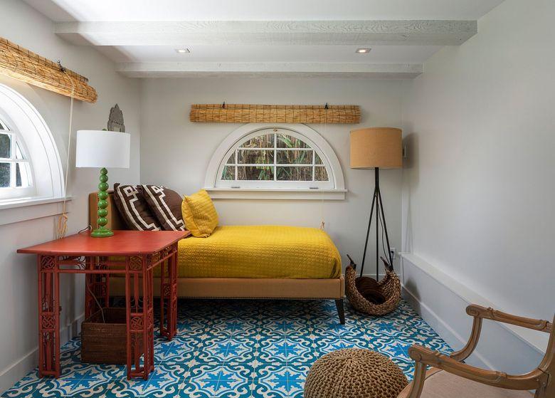 Желто-синие акценты в белой спальне