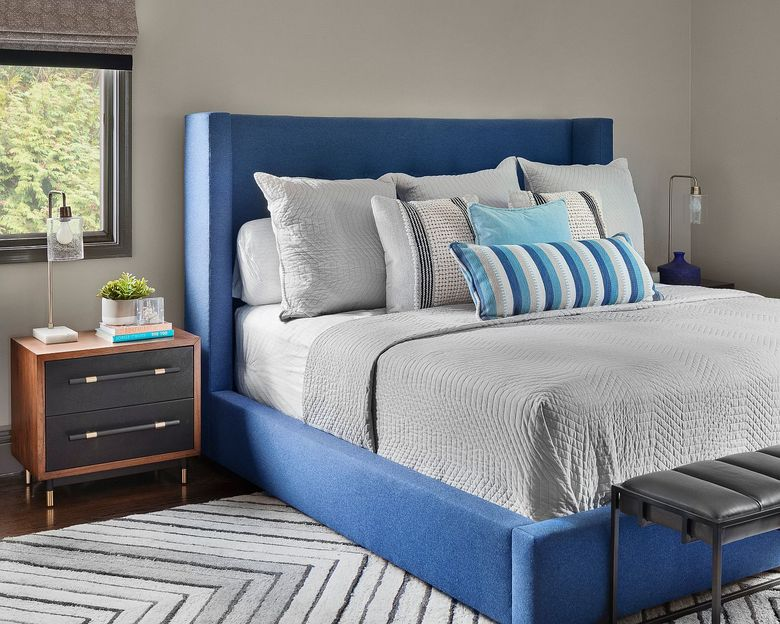 спальня с оттенком синего