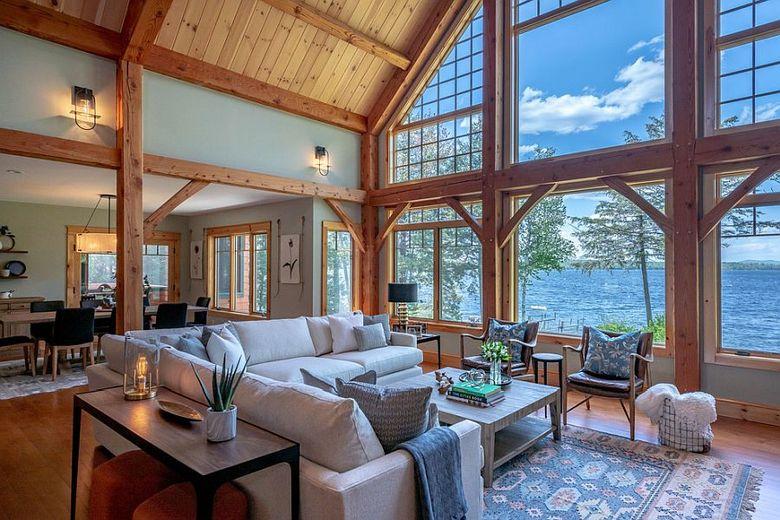 Просторная гостиная в доме у озера