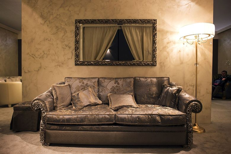 Традиционный диван и торшер