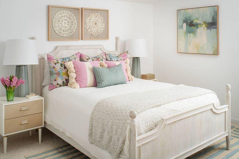 синие и розовые акценты для спальни