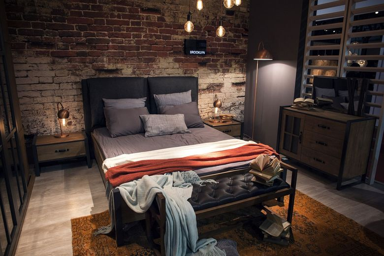Спальня с медным торшером