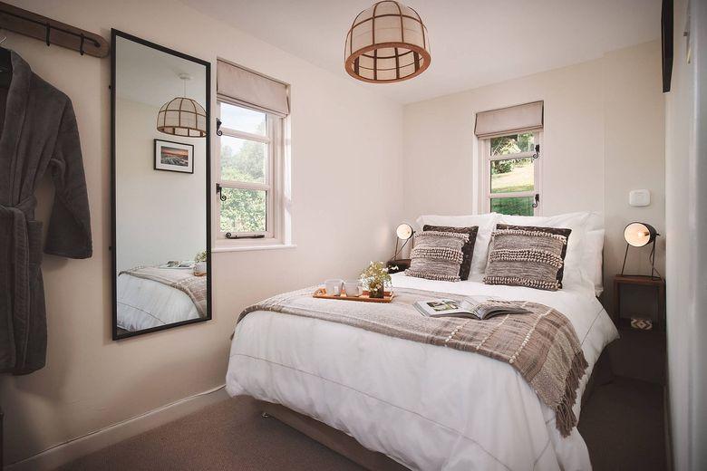 спальня в белом цвете и дереве