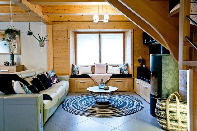 гостиная с деревянным потолком
