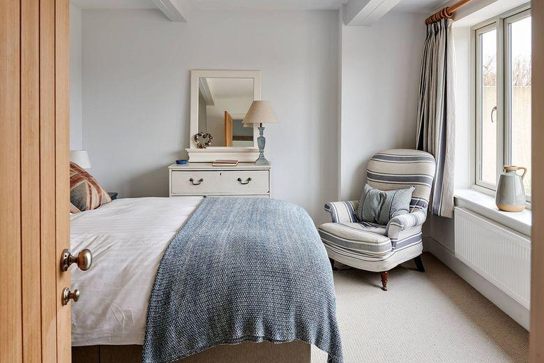 кресло в углу спальни